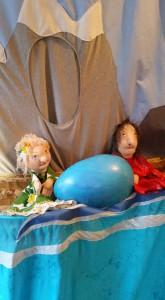 Julia och Julia tar hand om ägget. Dockmakerska Anna Kärner
